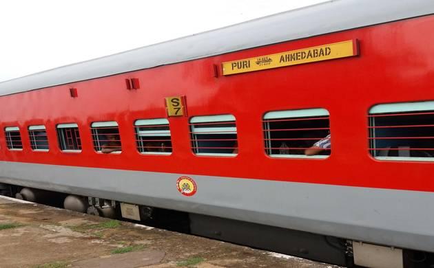 बिना इंजन 15 किलोमीटर तक दौड़ी पुरी एक्सप्रेस, पटरी पर पत्थर लगाकर यात्रियों ने रोकी ट्रेन