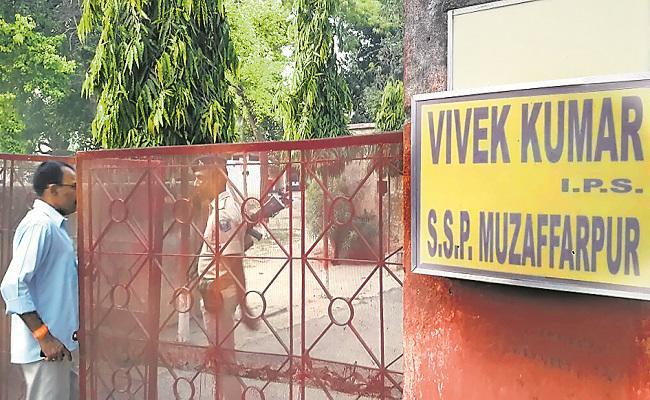 बिहार में IPS के घर IPS का धावा, क्या पुलिसवाले को पुलिसवाला करेगा गिरफ्तार?