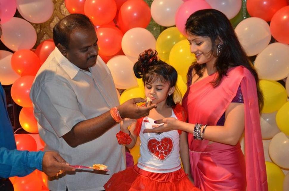 27 साल छोटी दूसरी पत्नी की एंट्री के बाद खुली कुमारस्वामी की किस्मत