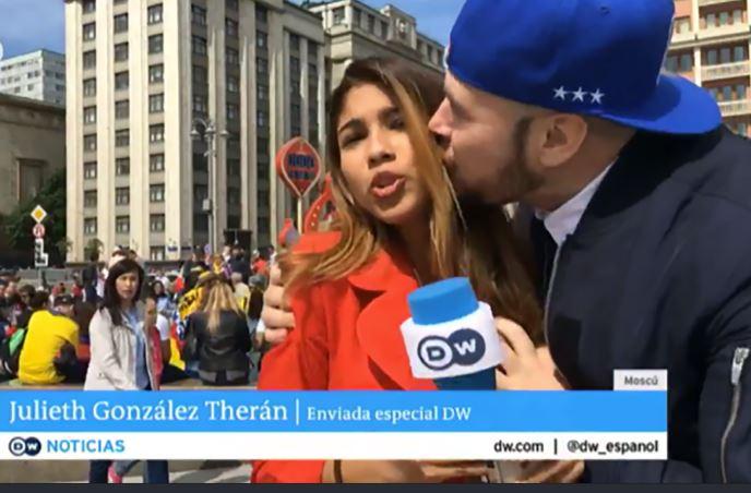 विश्व कप 2018: LIVE के दौरान महिला रिपोर्टर को किया किस
