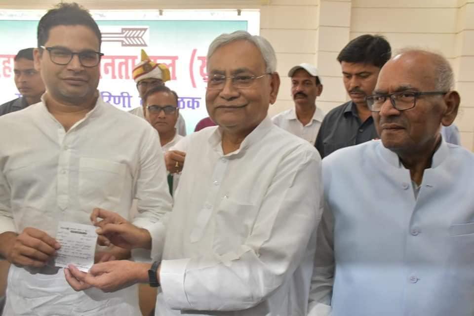 राजनीति के 'धोनी' साबित हो रहे हैं बिहार के मुख्यमंत्री नीतीश कुमार