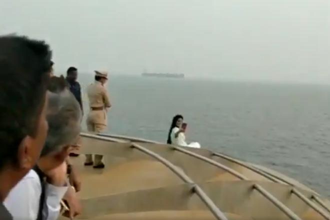 क्रूज के किनारे पर बैठ सीएम पत्नी समंदर में लेती रहीं सेल्फी, पुलिसवाले बार-बार करते रहे मना