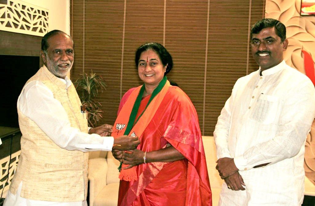 सुबह में बीजेपी में शामिल हुई थीं कांग्रेस नेता की पत्नी, शाम को वापस घर लौट आईं