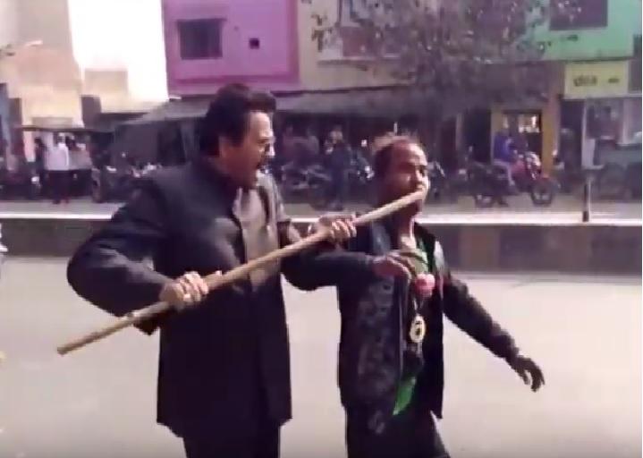 दिव्यांग बोला- अखिलेश को दूंगा वोट, भाजपा नेता ने मुंह में घुसेड़ा डंडा
